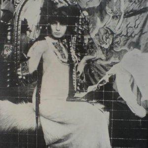 Alfons Mucha – sedící modelka