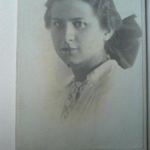 František Drtikol – portrét dívky s mašlí
