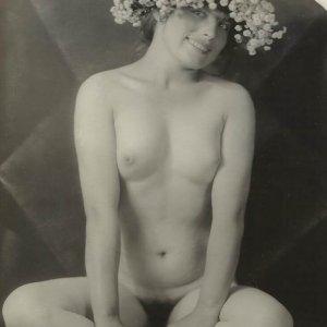 František Drtikol – akt ženy s věnečkem a kubistickým pozadím