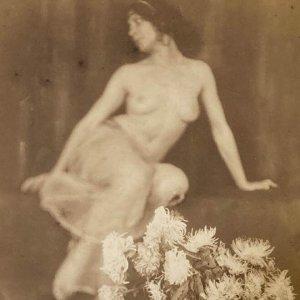 František Drtikol – secesní akt ženy s květinami