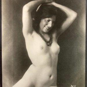 František Drtikol – akt ženy s korály